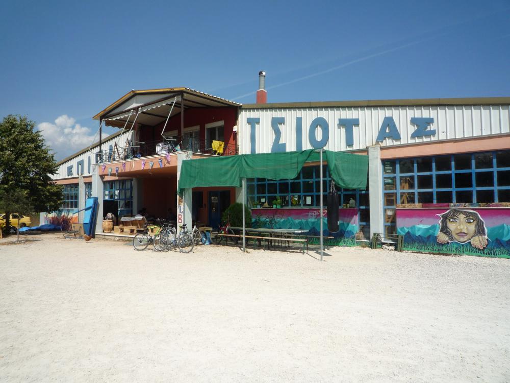 Eine bunt angemalte Lagerhalle unter blauem Himmel
