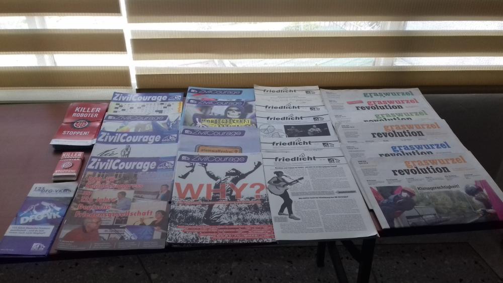 Eine Auslage antimilitaristischer Zeitungen: Zvilcourage, friedlicht und Graswurzelrevolution