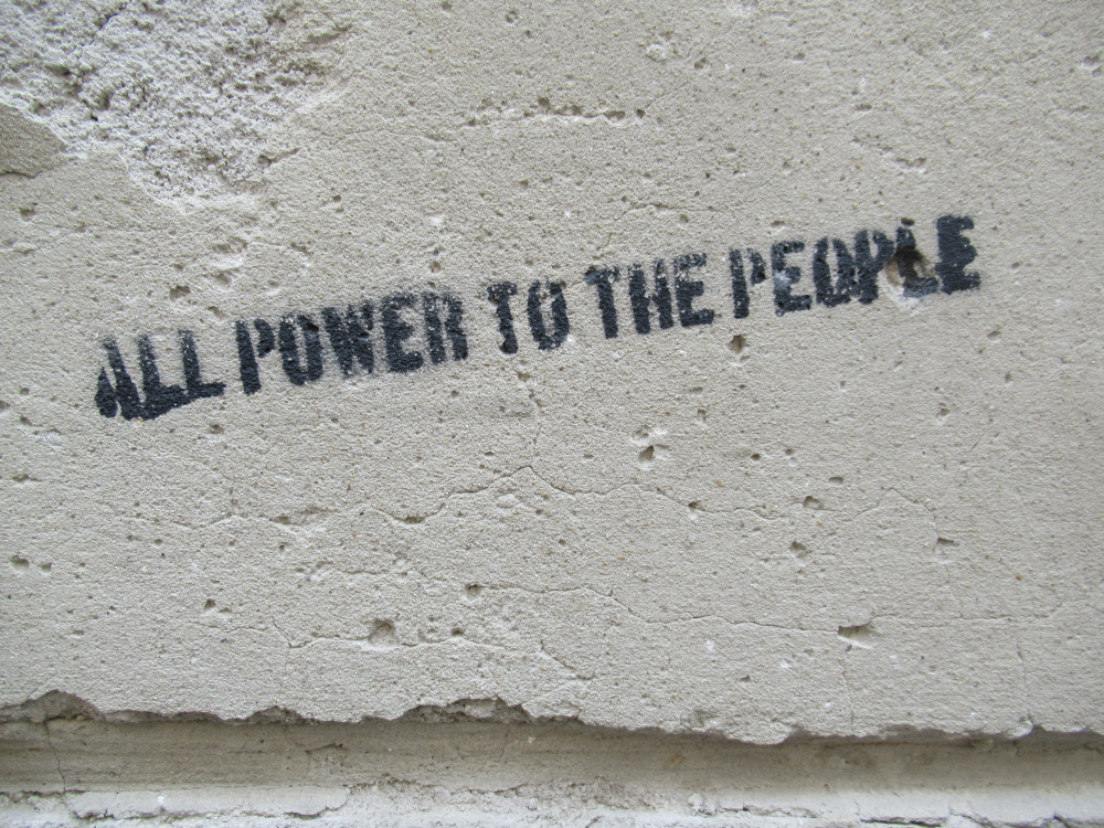 Schrift auf Betonwand: All power to the people