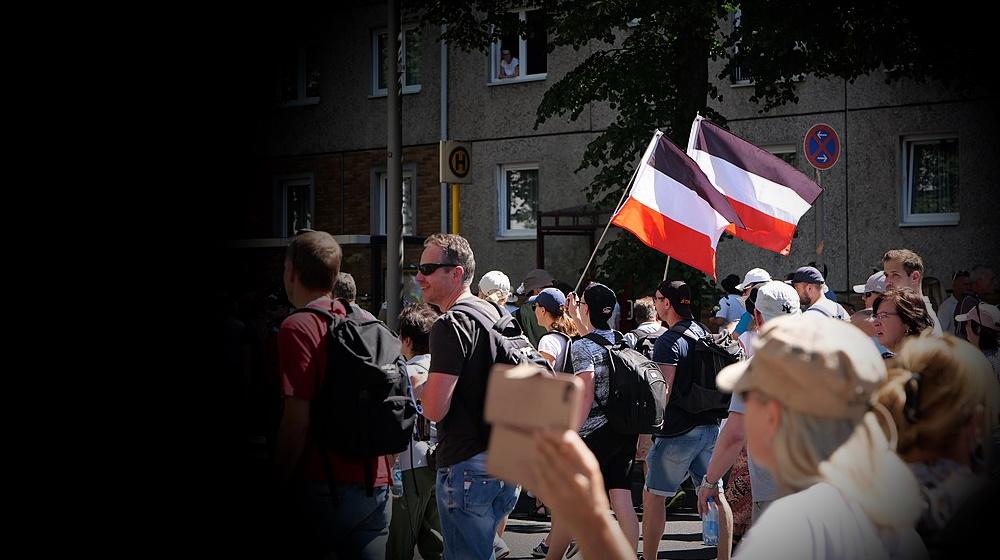 """""""Querdenker""""-Demos in schwarz-weiß-rot"""